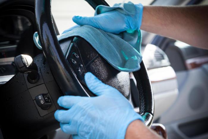 Ежедневная чистка рулевого колеса — одна из мер безопасности во время пандемии. /Фото: landingpagecarwash.bazium.com