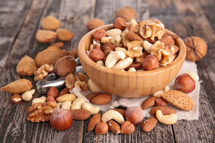 Долго хранить орехи в шкафу — не лучшая идея. /Фото: bushcrafter.it