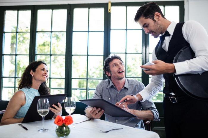 Мужчина чувствует себя более значимым и солидным, когда платит значительные чаевые. /Фото: joinposter.com
