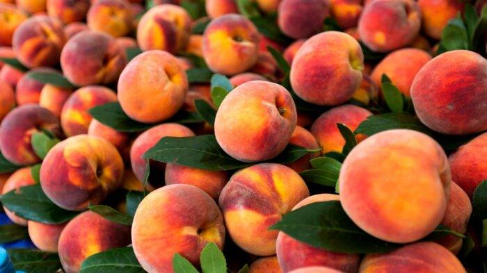 Персики очень вкусные, но в большинстве своем ненатуральные. /Фото: 24tv.ua