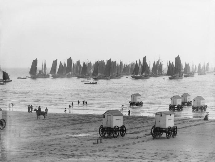 Хорошо, что в наше время можно просто без стеснения покупаться в море и позагорать на пляже, но так было не всегда. /Фото: s1.travelask.ru