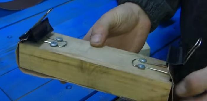 Брусок, два зажима – и шлифовать будет легче. /Фото: youtube.com/watch?v=cA1rWAz7WZE