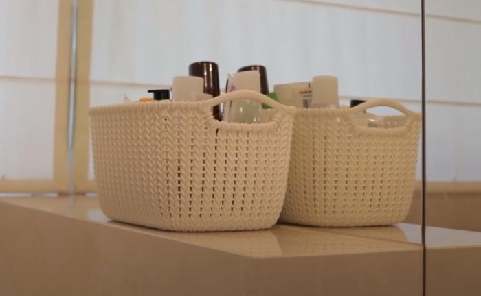 Симпатичные корзинки украшают интерьер и поддерживают порядок. / Фото: youtube.com