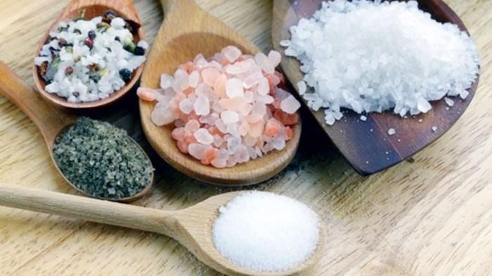 Поваренная соль имеет более резкий вкус, чем морская. /Фото: i.ytimg.com