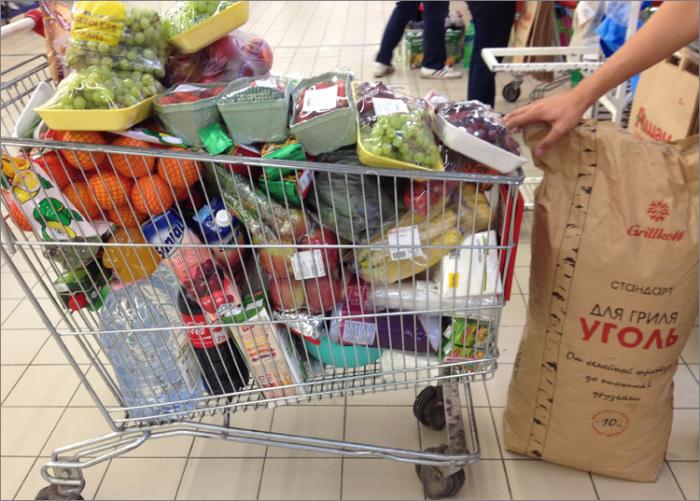 Иногда покупок так много, что места даже в тележке не хватает. /Фото: sovetik.club