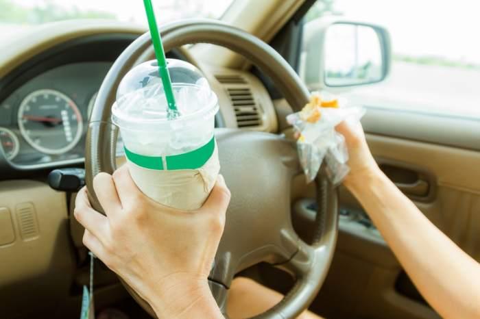 После перекусов за рулем в салоне появляются раздражающие крошки. /Фото: garciaweightloss.com