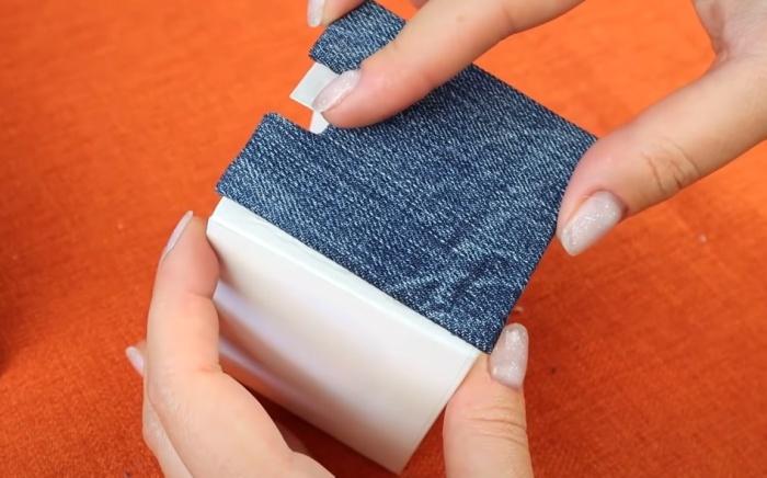 К фасаду ящичка приклеивают фальш-панель, обтянутую тканью. / Фото: youtube.com