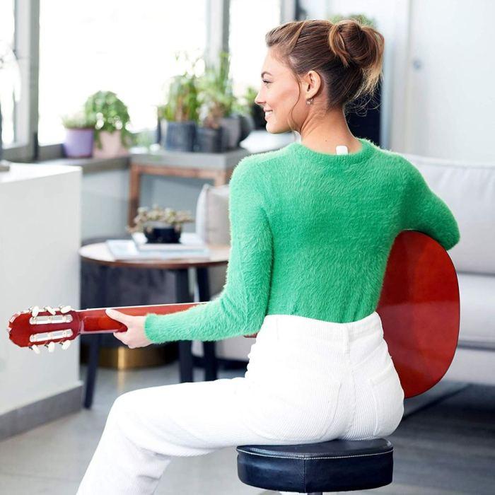 Устройство Upright GO в основании шеи помогает держать осанку. /Фото: i1.wp.com