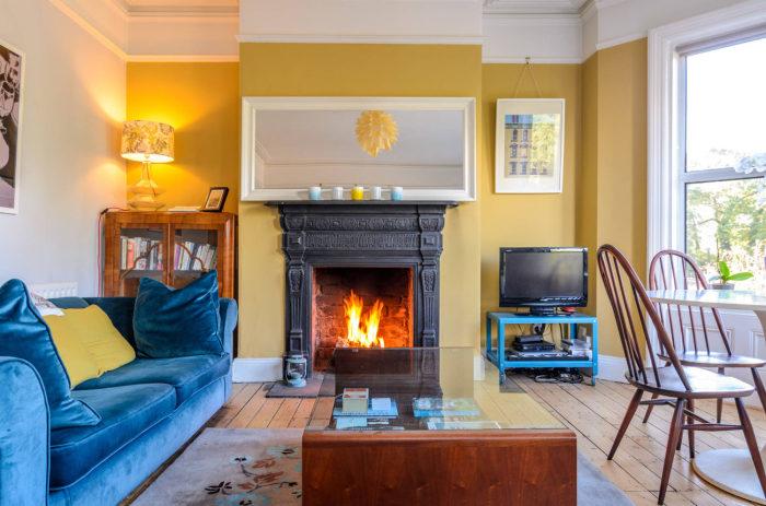 Стильное сочетание охры и синего цвета в оформлении гостиной. /Фото: remontbp.com