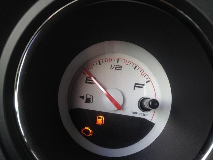 Стрелка на указателе бензина — удобное напоминание водителю. /Фото: a.d-cd.net