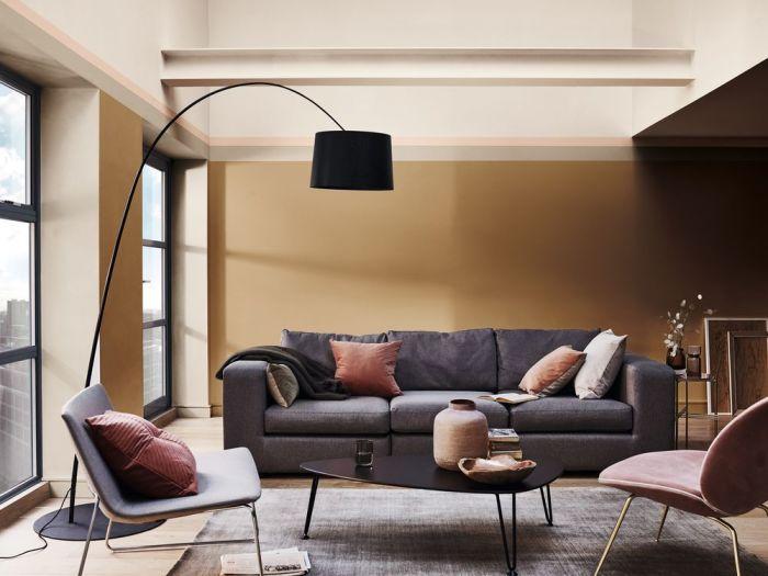 Удобная мебель в стиле mid-century modern, «теплые» стены в бежево-коричневых тонах, мягкие акценты делают этот интерьер одновременно уютным и функциональным. /Фото: s3-ap-southeast-1.amazonaws.com