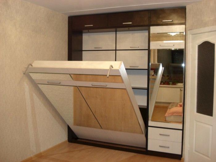 Настенная кровать в просторном коридоре. /Фото: академия-мебели29.рф