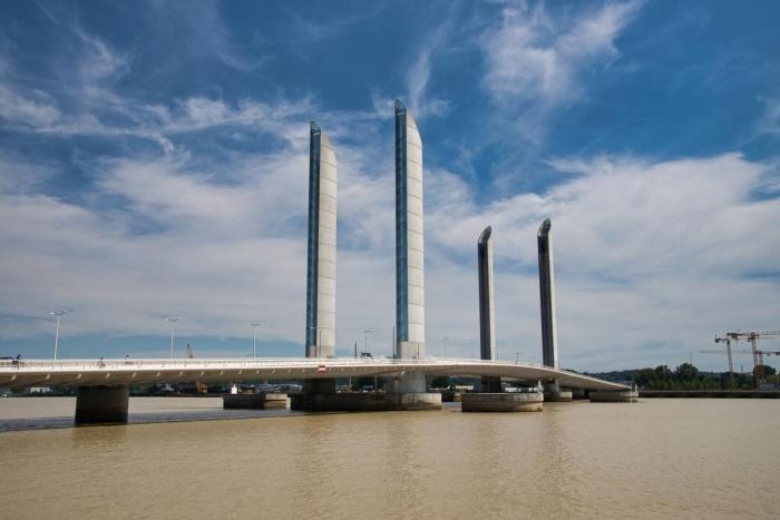 Мост Pont Jacques Chaban-Demals связал берега Гаронны. /Фото: files.structurae.net
