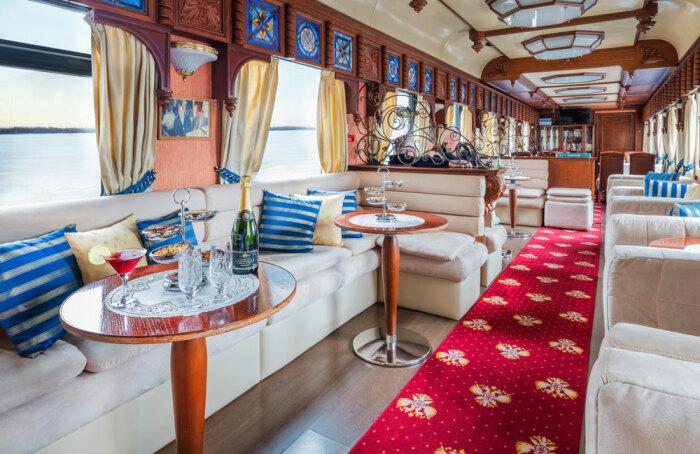 За невзрачным внешним обликом вагонов скрывается царская роскошь. /Фото: goldeneagleluxurytrains.com