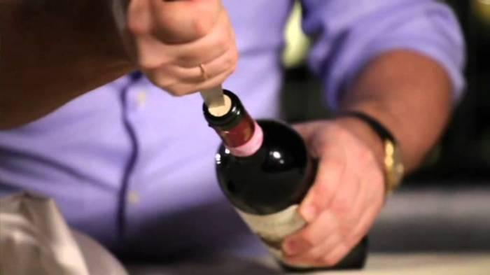 Не все простые и удивительные лайфхаки по открыванию вина на самом деле реалистичные. /Фото: invino.com.ua