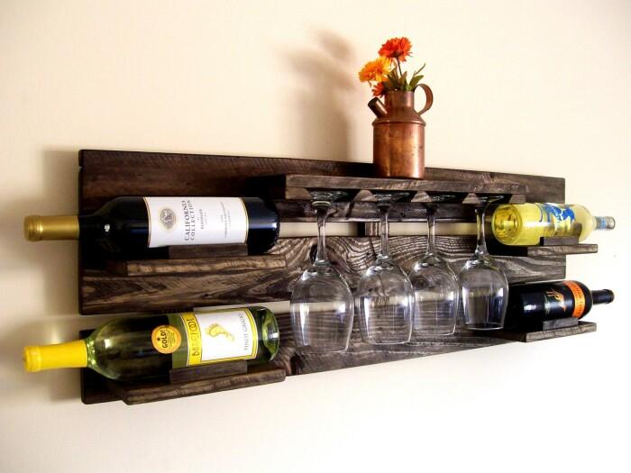 Оригинальное решение для хранения винных бутылок и бокалов. /Фото: miro.medium.com