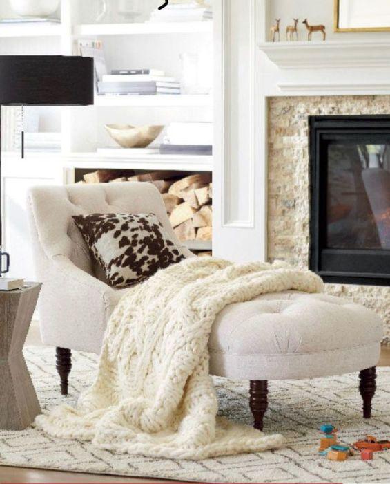 Фактурный плед, меховые подушки, шерстяной ковер дополняют друг друга и «персонализируют» пространство, придают интерьеру уютную и теплую атмосферу. /Фото: i.pinimg.com