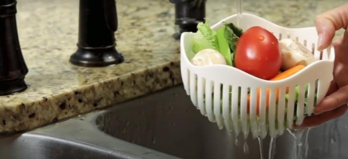 Салатница, в которой максимально удобно мыть овощи. /Фото: youtube.com