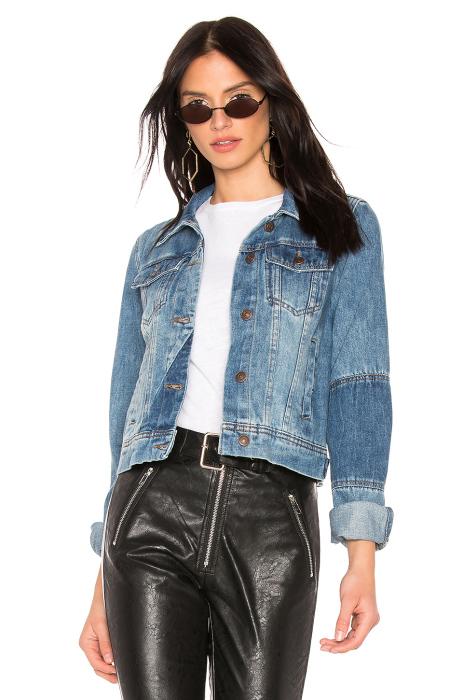 Джинсовая куртка всегда будет в моде. /Фото: is4.revolveassets.com