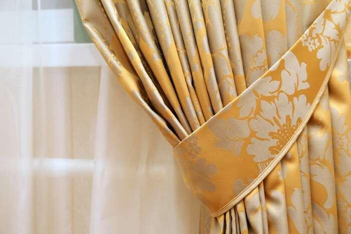 Всегда можно выполнить подхваты прямо из той же ткани, что и шторы. /Фото: ssmscdn.yp.ca
