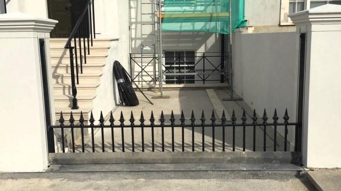 Ворота, которые появляются прямо из-под земли. /Фото: i.ytimg.com