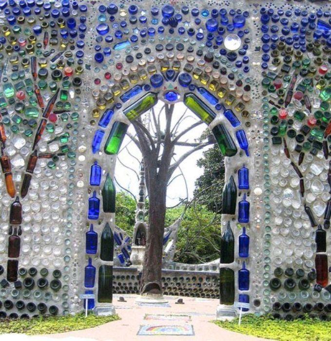 Забор из бутылок может превратиться в настоящее произведение искусства. /Фото: i.pinimg.com