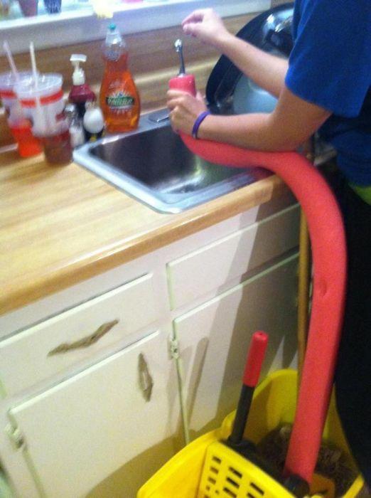 Лишняя гофротруба пригодится, чтобы быстро наполнить ведро со шваброй. /Фото: i.pinimg.com