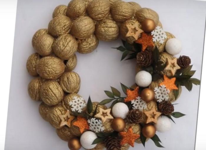 Рождественский венок из грецких орехов — креативное и оригинальное украшение.
