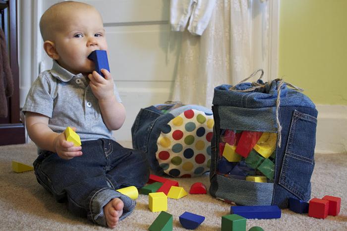 В сумки из денима удобно складывать игрушки. /Фото: 2.bp.blogspot.com
