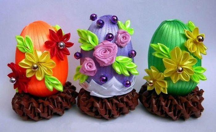 Пасхальные яйца с украшением в виде атласных цветов. /Фото: labuda.blog