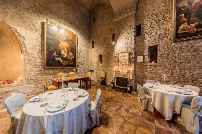Ресторан очаровывает волшебной обстановкой и изумительной кухней. /Фото: castellorsini.it