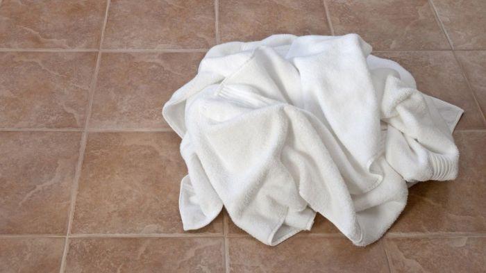 Влажное полотенце на полу – приглашение плесени. /Фото: s.yimg.com