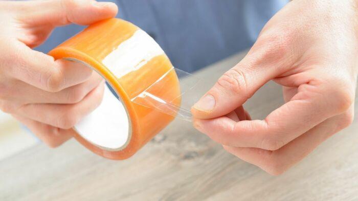 Скотч можно с успехом использовать и не по прямому назначению. /Фото: i.pinimg.com