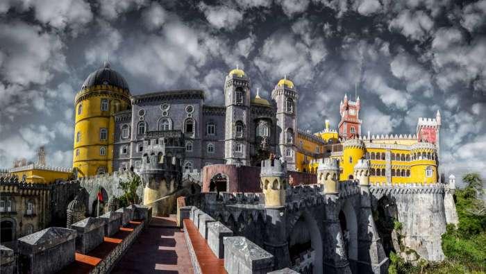 При взгляде на эклектичную композицию Дворца Пена в Синтре в памяти всплывают сюжеты сказок из « Тысячи и одной ночи» и, наравне с ними, средневековые легенды о рыцарях. /Фото: 3.bp.blogspot.com