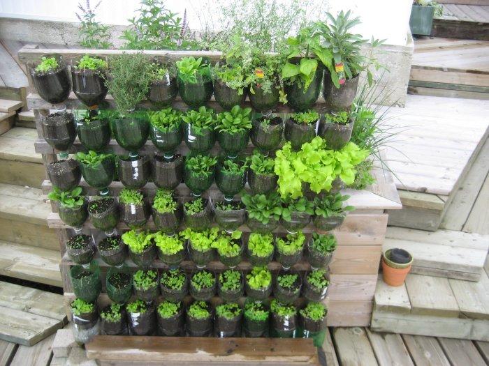 Вертикальные грядки на специальной подставке. /Фото: cdn.goodshomedesign.com