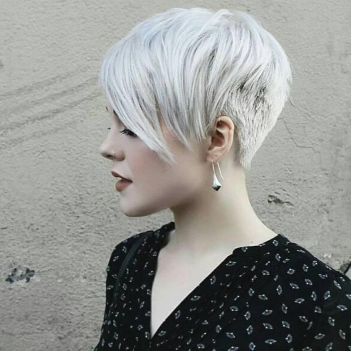 Многие женщины выбирают эту простую и одновременно очень стильную необычную прическу. /Фото: womans.ws