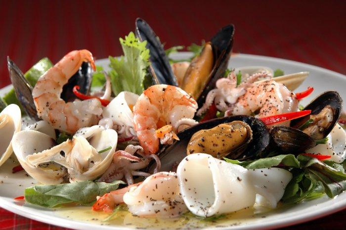 Никаких расстройств и печали, когда перед тобой тарелка с вкусными морепродуктами. /Фото: tipichnyjkulinar.com