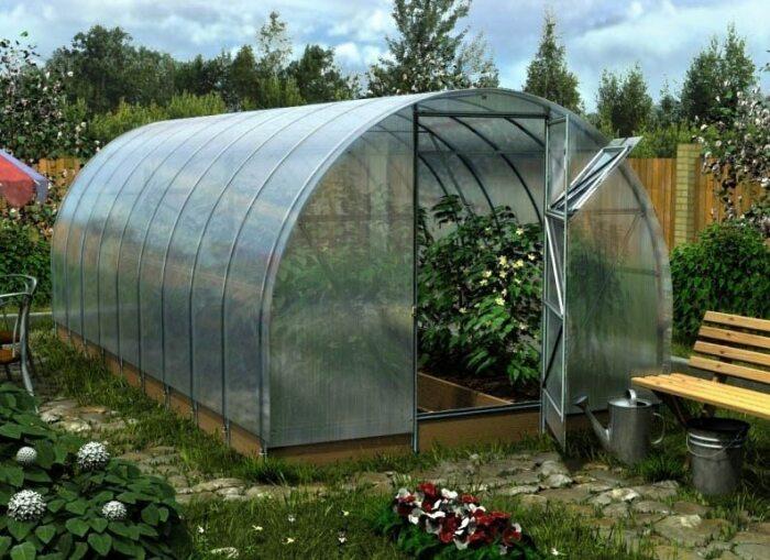 Можно строить теплицы или парники только из прозрачного поликарбоната. /Фото: oteplicah.com