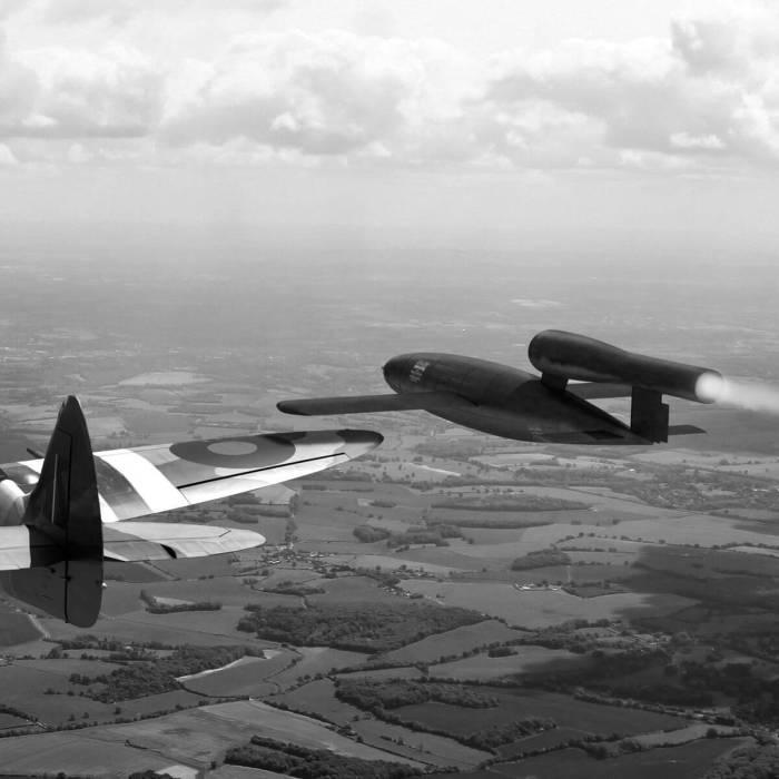 Британские пилоты нейтрализовали ФАУ-1, переворачивая их в полете. /Фото: itteren.nl