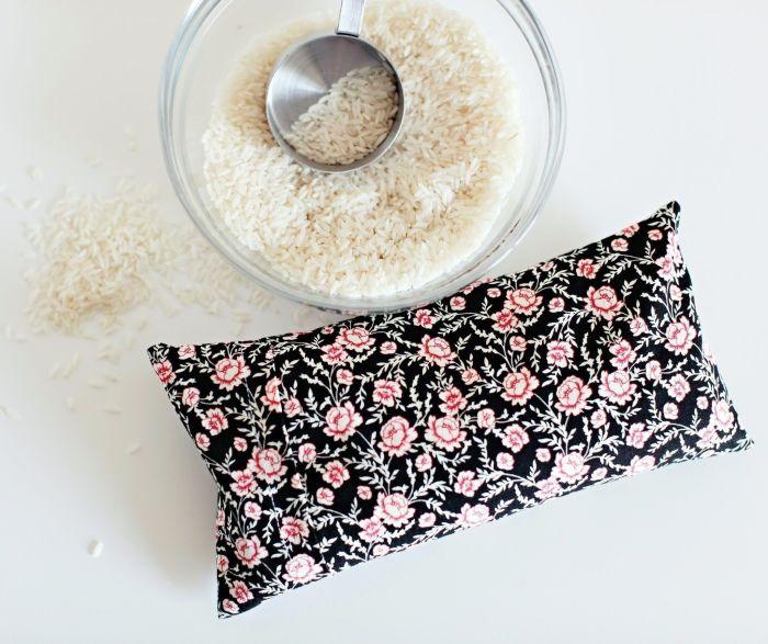 Мешочек с рисом может использоваться как согревающий, так и охлаждающий компресс. /Фото: i.pinimg.com