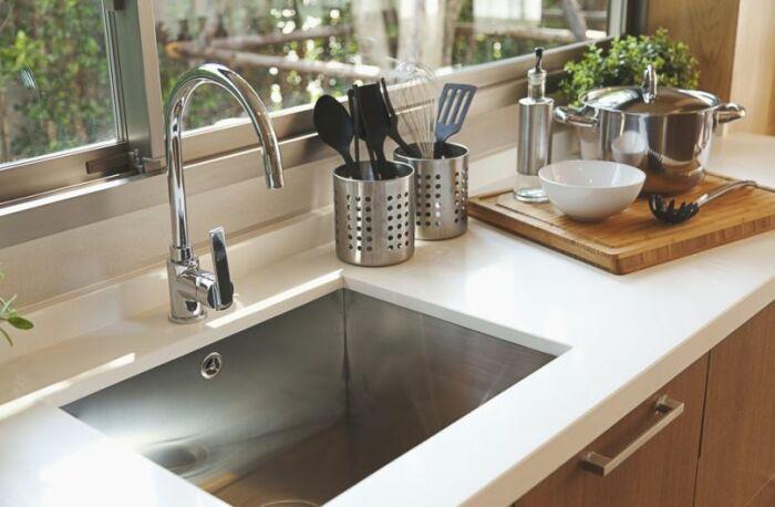 Правильный вариант мойки для кухни. /Фото: superdom.ua