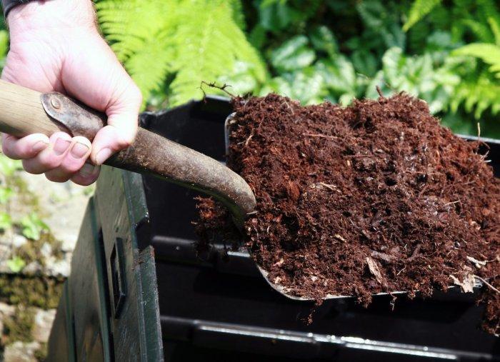 Из компоста получается прекрасное удобрение, которое можно использовать для огорода. /Фото: s3-production.bobvila.com