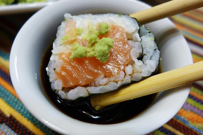 Нужно окунать роллы в соевый соус той стороной, где нет риса. /Фото: relife.blog