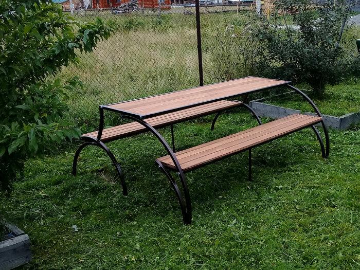 При необходимости легко трансформируется в стол с двумя скамейками. /Фото: bench.diy-blueprints.info