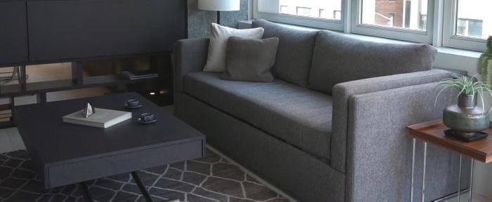 Стильный диван прячет в себе двухъярусную конструкцию. /Фото: youtube.com