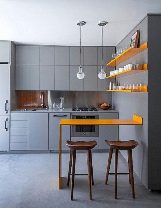 Яркие акценты в оформлении кухни в серых оттенках. /Фото: moolton.com