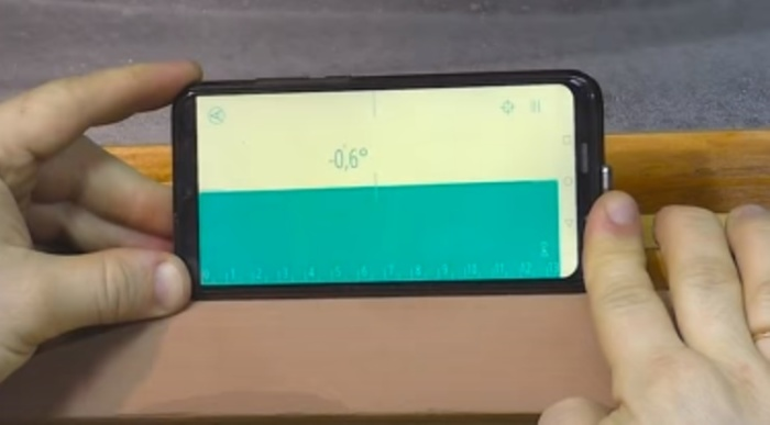 Строительный уровень найдется не у каждого, но смартфон всегда под рукой. /Фото: youtube.com/watch?v=EqSPW0_OAPE