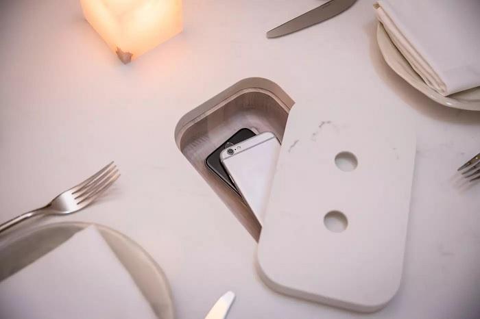 В специальной нише стола смартфон находится рядом и в то же время не мешает. /Фото: i2.wp.com