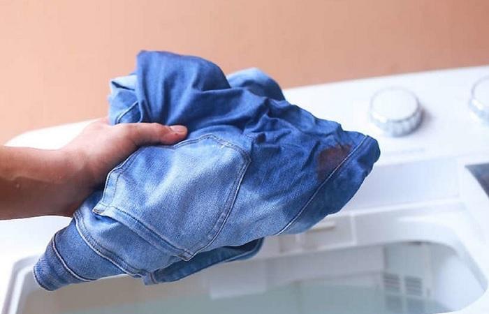 Отбеливатель спасает от пятен, но иногда одежду нужно спасать от него.