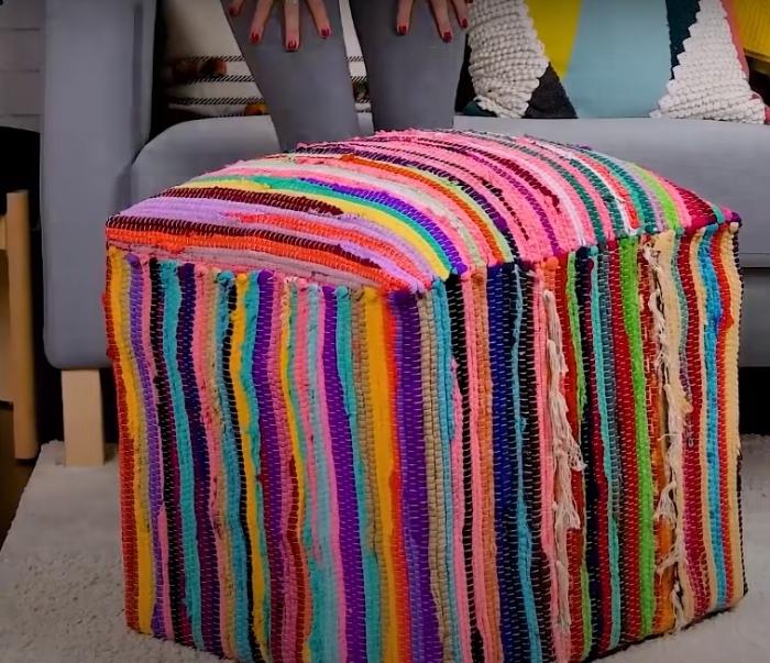 Яркий и удобный для отдыха пух не будет лишним в гостиной. /Фото: youtube.com
